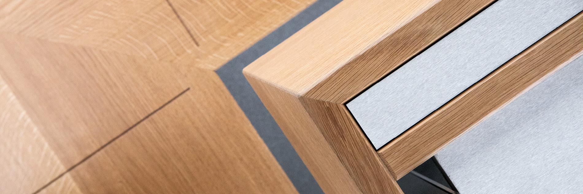 Detail auf Material-Mix einer Sitzbank