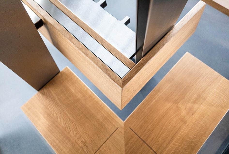 Schlichte Sitzbank aus Holz und Aluminium.