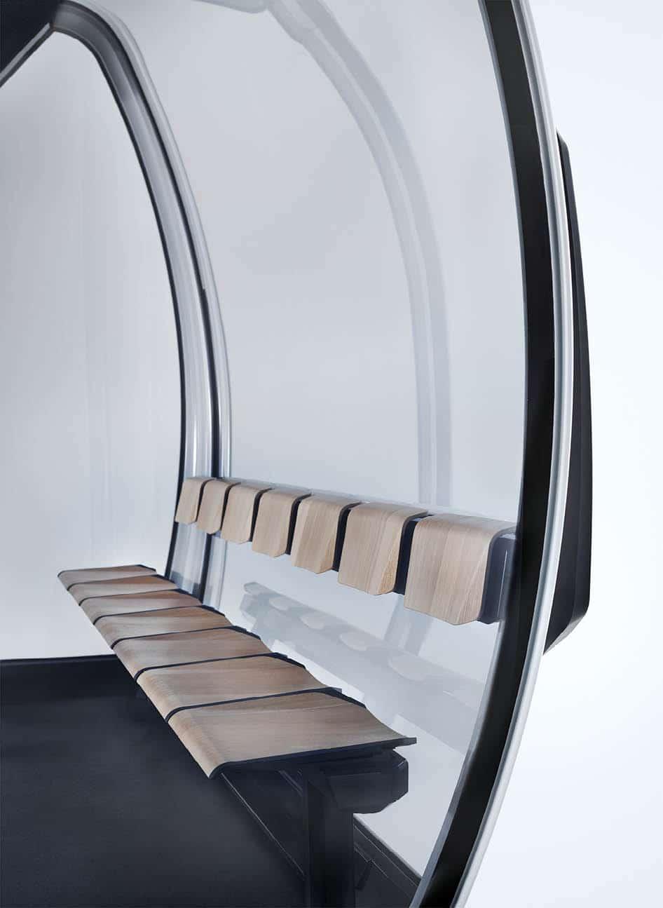 Sitzbank vor Panorama-Fenster einer Seilbahn-Kabine