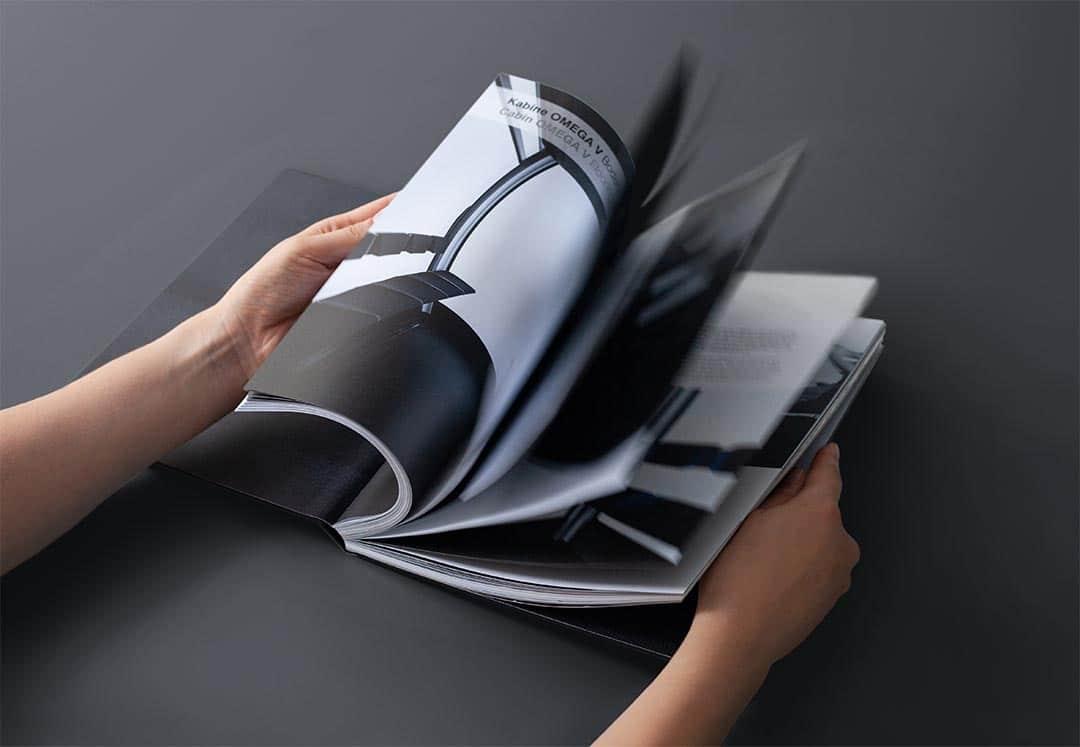Hände blättern durch Grafik Design Buch