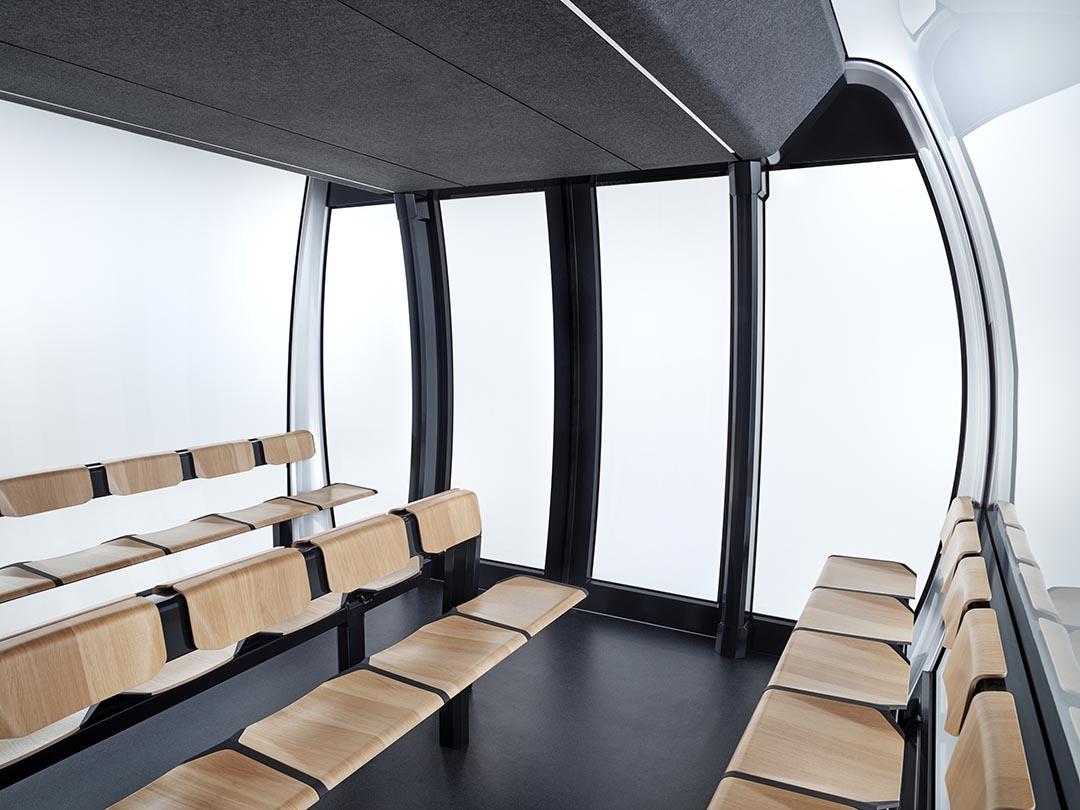 Innenraum und Sitzbänke einer Seilbahn-Kabine