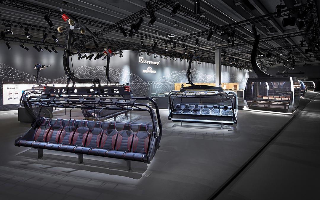 Seilbahn-Sessel und Kabinen auf Messestand von Doppelmayr