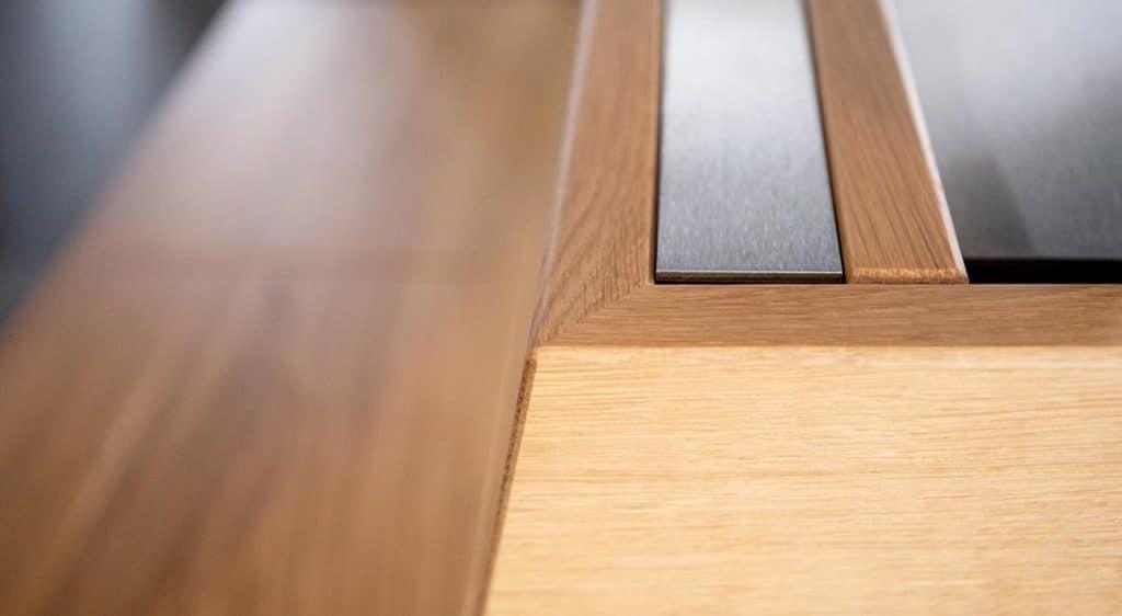 Detail auf Material-Mix aus Holz und Aluminium