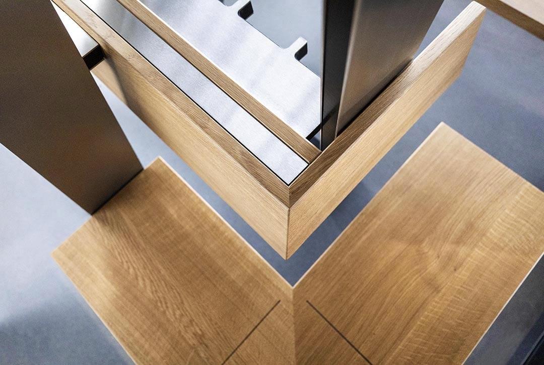 Schlichte Sitzbank aus Holz und Aluminium