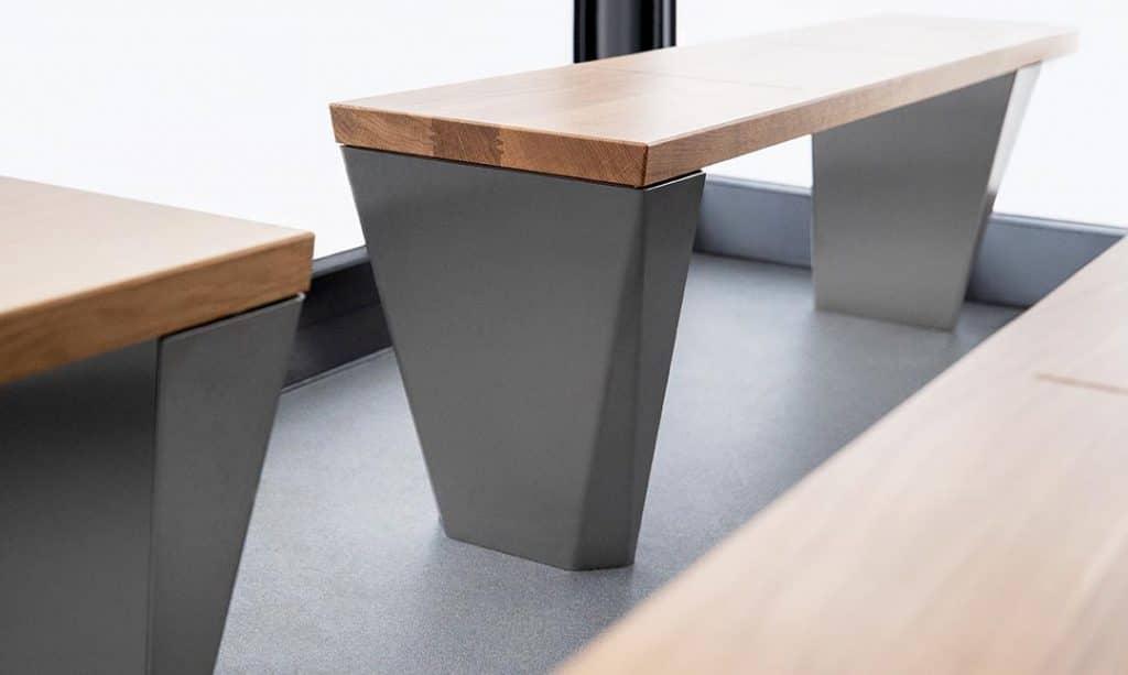 Sitzbank aus Holz und Aluminium